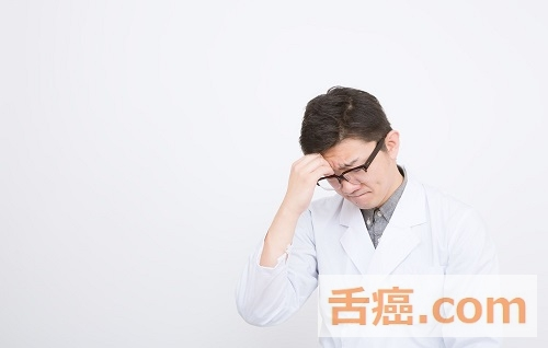 舌癌の告知をしようか悩む医師